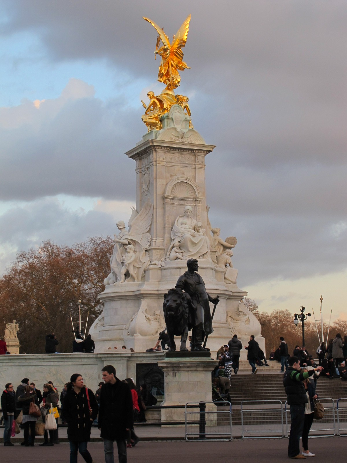 London-2012-Buckingham-Palace-Victoria-Memorial